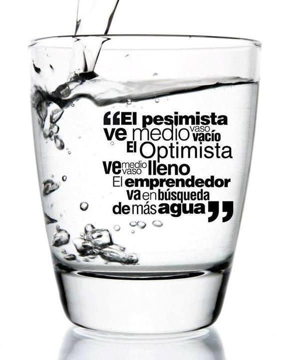 emprendedor_y_vaso_de_agua